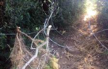 Aparece un peligroso cable en un camino de Calafell frecuentado por ciclistas