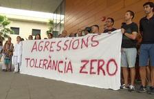 Els professionals amb la pancarta mostrada durant la protesta.