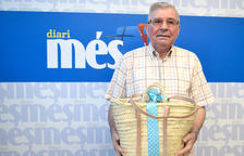 Manuel Val Alquezar recull la cistella de Diari Més