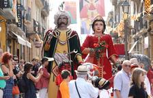 Los Gigantes, durante la ida al oficio que se celebró ayer en la iglesia de Sant Francesc.