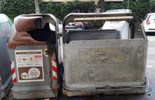 Estado en que han quedado los dos contenedores incendiados.