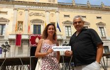 Los concejales Laia Estrada y Jordi Martí, con el Ayuntamiento de Tarragona al fondo.