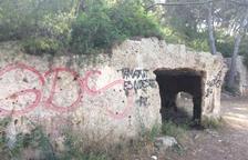 Estado en que se encuentra la pedrera medieval de Tamarit, llena de grafittis.