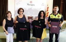 Plano general de la presentación de la campaña 'Respecta'm' durante las fiestas del 2017 en el Ayuntamiento de Tarragona, con la concejala Ana Santos mostrando una camiseta con el lema.