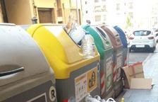 Imagen de los desperdicios dejados en torno al contenedor, ya que no cabe nada más.