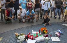 Flores y velas depositadas este viernes delante del mosaico de Miró en las Ramblas de Barcelona.