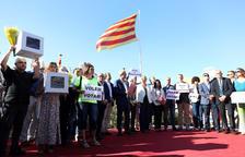Un centenar de independentistas regañan a Ballesteros en el acto institucional de la Festividad en Tarragona
