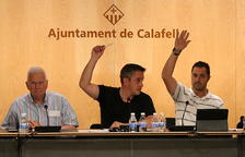 En el centro, el alcalde de Calafell, Ramon Ferré, absteniéndose durante la votación sobre la cesión de espacios para el referéndum del 1-O.