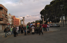 Imatge d'un grup de persones enganxant cartells de la campanya del Sí pel referèndum a Amposta.