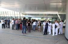 Desenes de treballadors de Ginsa, concentrats a les portes de l'Hospital Sant Joan de Reus, per denunciar la seva situació laboral, el 5 de juliol de 2016.