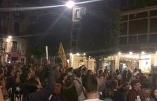 Els manifestants davant l'hotel Gaudí.