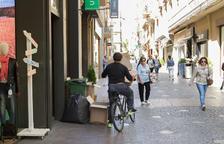 Les botigues llencen els embalatges del gènere al migdia i bicis i camionetes aprofiten per actuar.