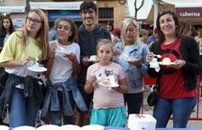 El pastel del Braç de Santa Tecla reúne centenares de personas en la Plaça de la Font