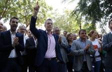 L'alcalde d'Amposta, Adam Tomàs, amb el braç alçat cridat 'Votarem'.