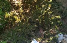 Veïns del Catllar empaperen amb cartells de l'1-O la casa de l'exalcalde Antonio López (PSC)