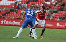 Maikel Mesa intenta marxar de Morcillo, futbolista de l'Almería, en partit de Lliga aquesta temporada.