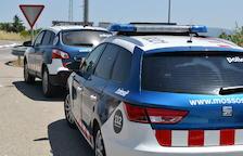 Imagen de archivo de dos vehículos de los Mossos d'Esquadra.