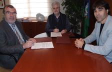 El alcalde del Vendrell, Martí Carnicer, el gerente de la Xarxa Sanitària i Social de Santa Tecla, Josep M. Adserà y el concejal de Salud, Ferran Trillas durante la firma.