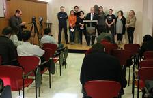 Pla obert de l'alcalde de Reus, Carles Pellicer, a l'atril, amb altres regidors del municipi davant de diversos periodistes durant la roda de premsa del 10 de novembre de 2017