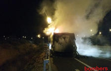 Camión incendiado en la AP-7 en Banyeres del Penedès.