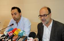 L'alcalde d'Alcanar, Alfons Montserrat, a la dreta, compareix amb el regidor per a la gent gran, Joan Roig.