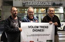 Carlos Montejano, José Tabuyo i Daniel Pi sostenen una pancarta demanant «trens dignes».