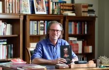 Juan Ballester, al seu despatx al Registre Mercantil de Tarragona, amb la novel·la a les mans.