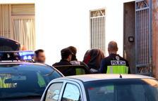 Agents de la policia espanyola s'emporten una de les persones detingudes després de l'escorcoll d'una casa al carrer Cánovas d'Amposta. Imatge del 16 de novembre de 2017