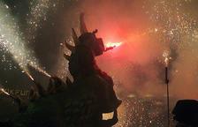 Encesa d'un drac en plena carretillada, en el marc de la darrera edició de 'Festivitas Bestiarum', la Nit del Bestiari Festiu. Imatge publicada el 16 de novembre del 2017