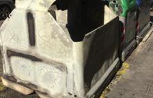 Cremen tres contenidors a Calafell