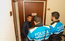 Sebastià Domènech, amb agents de la guàrdia urbana que s'han personat a la seu per comprobar els danys.