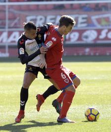 Sergio Tejera persegueix a un rival del Numancia, aquest diumenge.