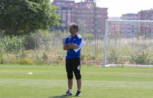 Natxo González, observant un dels seus darrers entrenaments com a entrenador del CF Reus, la temporada pasada.