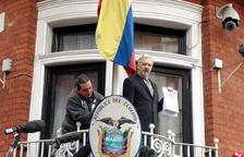 Imatge d'arxiu d'Assange al balcó de l'ambaixada de l'Equador a Londres.