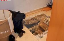 Registren el pis de dos investigats per robatoris i hi troben una plantació de marihuana
