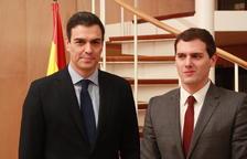 Imagen de archivo del secretario general del PSOE, Pedro Sánchez, y el presidente de Ciutadans, Albert Rivera.