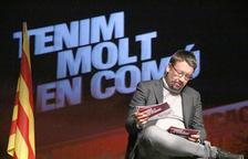 El jefe de filas de los comunes el 21-D, Xavier Domènech, repasa las notas ante el lema 'Tenemos mucho en común'.
