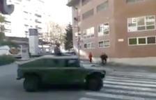 Uno de los vehículos militares circulando por la calle Pere Martell.