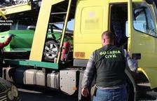 Agentes de la Guardia Civil inspeccionando un camión en el puerto de Tarragona.