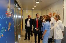 El director del Servicio Catalán de la Salud, David Elvira, visitando las instalaciones de la nueva UCI pediátrica.