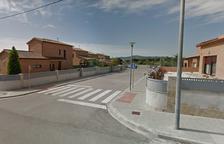 El turismo ha impactado contra un muro de la calle Farigola.