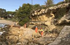 Trituran las dos rocas que habían caído a la playa de Altafulla antes del verano