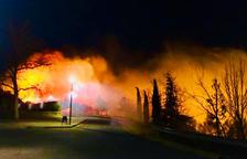 El incendio se produjo en un barranco situado delante del centro de reciclaje y al lado del Instituto IES Coster de la Torre.
