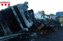 El fuego está controlado y ya se está retirando el camión de la autopista.