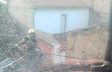Un incendi crema totalment la teulada d'un habitatge a Móra la Nova