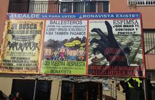 Pancarta que Heredia va penjar ahir davant el seu bar i que pensa portar al ple municipal.
