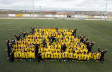 Todos los niños que forman parte de la sección de fútbol del Sant Pau Apòstol, durante su presentación.