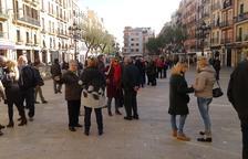 Part del grup de jubilats que van portar la seva protesta per les pensions a la plaça de la Font.