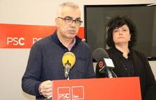 El portavoz del grupo municipal del PSC en el Ayuntamiento de Reus, Andreu Martín, acompañado de la concejala Ana Isabel Martínez, en rueda de prensa.