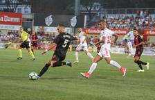 El central del CF Reus Pablo Íñiguez con la pelota, al lado del grana Tejera.